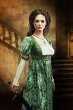 Piękna średniowieczna kobieta trzyma kordzika zdjęcie royalty free