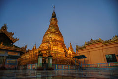 Piękna świątynia przy nocą przy Mandalay wzgórzem w Myanmar Zdjęcia Royalty Free