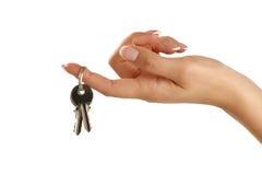 Piękna żeńska ręka daje mieszkanie kluczom Fotografia Stock