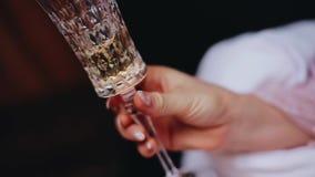 Piękna żeńska ręka z szkłem szampan w nim z bliska zdjęcie wideo