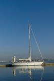 Piękna żeglowanie łódź dokował przy molo przy marina Lorient, Brittany Francja Obrazy Stock