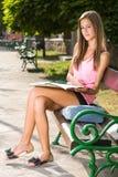 Piękna życzliwa nastoletnia studencka dziewczyna. Zdjęcia Stock