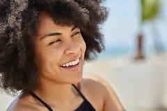 Piękna afro amerykańska kobieta patrzeje daleko od śmiający się Obrazy Royalty Free