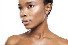 Piękna afro amerykańska kobieta patrzeje daleko od Zdjęcie Royalty Free