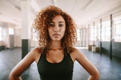 Piękna afro amerykańska kobieta z kędzierzawym włosy w gym Fotografia Royalty Free