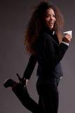 Piękna afroamerican dziewczyna z kawą w dziwacznej pozie Obraz Stock