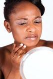 Piękna Afrykańska kobieta w studiu z lustrem Obraz Stock