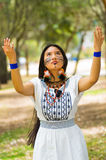 Piękna Amazonian kobieta z miejscową twarzową farbą i białą tradycyjną suknią pozuje szczęśliwie dla kamery Zdjęcie Stock