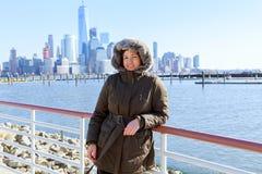 Piękna amerykańska dziewczyna w terenie z Manhattan widokiem Zdjęcie Stock