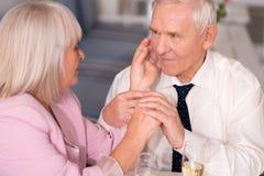 Piękna angażująca starsza para dzieli intymnego moment zdjęcie stock