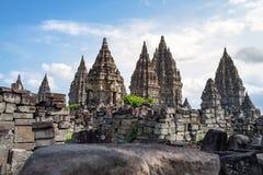 Piękna antyczna Hinduska świątynia pod jaskrawym niebieskim niebem zdjęcia royalty free