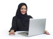 Piękna Arabska biznesowa kobieta pracuje na jej laptopie Fotografia Stock