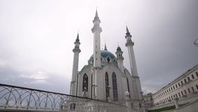 Piękna architektura i kultura miasto Majestatyczna biała świątynia z dachu zielonymi stojakami na kwadracie i zdjęcie wideo