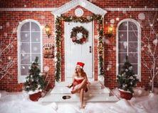 Piękna atrakcyjna kobieta w Święty Mikołaj odziewa Zdjęcia Royalty Free