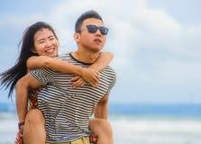 Piękna Azjatycka Chińska para z chłopaka przewożenia kobietą dalej fotografia royalty free