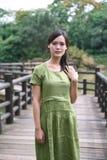 Piękna Azjatycka dziewczyna herself ubierał w tradycyjnych elementów smokingowym seansie fotografia royalty free