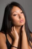 Piękna Azjatycka dziewczyna na szarości Obraz Royalty Free