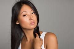 Piękna Azjatycka dziewczyna w białej koszula Zdjęcie Royalty Free