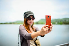 Piękna Azjatycka kobieta brać obrazek ona, Obrazy Royalty Free