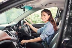 Piękna Azjatycka kobieta ono uśmiecha się i cieszy się jadący Han i samochód fotografia royalty free