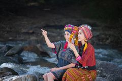 Piękna Azjatycka kobieta z Karen tradycyjną suknią bada w fo zdjęcia stock