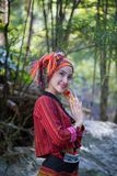 Piękna Azjatycka kobieta z Karen tradycyjną suknią bada w fo zdjęcia royalty free