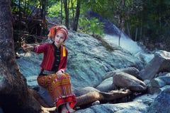 Piękna Azjatycka kobieta z Karen tradycyjną suknią bada w fo fotografia stock