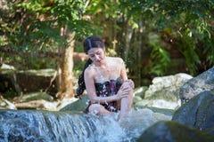 Piękna Azjatycka kobieta z tajlandzką tradycyjną suknią bada bierze s fotografia royalty free