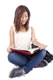 Piękna Azjatycka młoda kobieta z plecak czerwieni czytelniczą książką Zdjęcia Stock