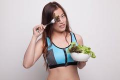 Piękna Azjatycka zdrowa dziewczyna cieszy się łasowanie sałatki Zdjęcia Stock