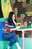 Piękna azjatykcia chińska młoda kobieta relaksuje w krześle zdjęcia stock