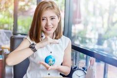 Piękna azjatykcia dziewczyna trzyma kulę ziemską w jej ręce Obrazy Stock