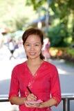 Piękna azjatykcia dziewczyna z piórem i notatka w rękach fotografia royalty free