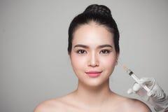 Piękna azjatykcia kobieta dostaje pięknu twarzowych zastrzyki Twarzy starzenie się Zdjęcia Stock