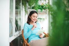 Piękna azjatykcia kobieta pisze i pracuje z dzienniczkiem w domu fotografia stock