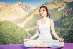 Piękna azjatykcia kobieta relaksuje i medytuje plenerowy przy górą Zdjęcie Royalty Free