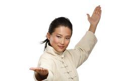 Piękna azjatykcia kobieta robi kung fu gestowi Zdjęcie Royalty Free