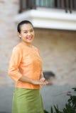 Piękna azjatykcia kobieta z mile widziany wyrażeniem Obrazy Stock