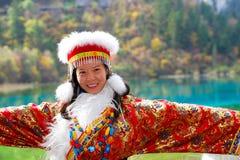 Piękna azjatykcia młoda kobieta w chińczyk sukni zdjęcia royalty free