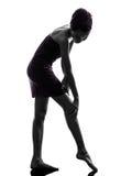 Piękna azjatykcia młoda kobieta zawijał ręcznikowego pieszczotliwość nóg silhou fotografia stock