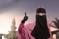 Piękna azjatykcia muzułmańska kobieta jest ubranym niqab z szczęśliwym wyrażeniem Obrazy Royalty Free