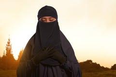 Piękna azjatykcia muzułmańska kobieta w przesłonie z niqab pozycją Obrazy Stock