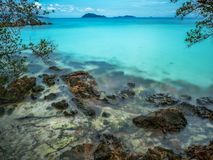 Piękna błękitna morze plaża przy Trata Tajlandia obraz stock