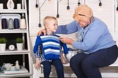 Piękna babcia dział pulower i mierzył je jej ukochany wnuk fotografia royalty free