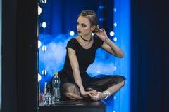 piękna balerina w leotard obsiadaniu na stole obrazy royalty free