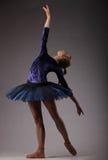 Piękna balerina z perfect ciałem w błękitnym spódniczka baletnicy stroju tanu w studiu obraz stock