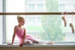 Piękna baletnicza dziewczyna w różowym leotard Obrazy Royalty Free