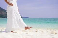Piękna beztroska kobieta relaksuje przy plażą cieszy się jej su Zdjęcie Royalty Free