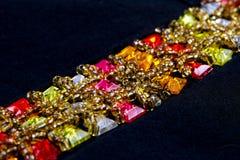 Piękna biżuteria na czarnym tle z miejscem dla teksta Zdjęcie Royalty Free