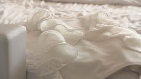 Piękna biała ślubna suknia dla panny młodej na łóżku zbiory wideo